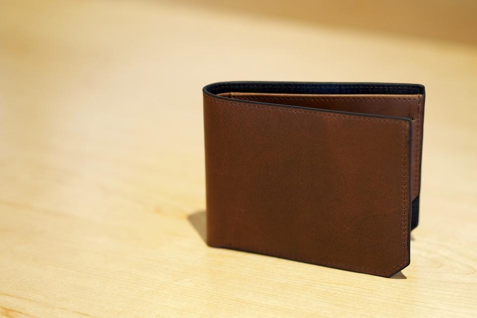 二つ折り財布をメンズへ贈る時にお勧めなブランドとは?のサムネイル画像